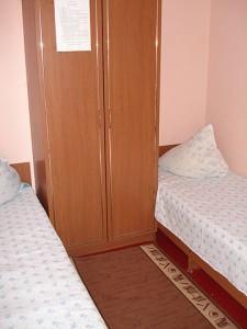 На 1 этаже 2 комнаты двухместных, на втором этаже тоже 2 комнаты двухместных