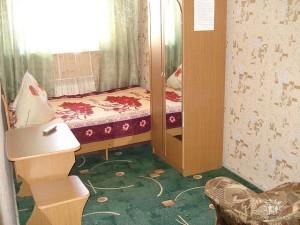 Номер на 2-3 человека в основном доме. Удобства на этаже на 3 комнаты. 1,2,3 этаж с возможностью установки дополнительного места — кресло кровать.